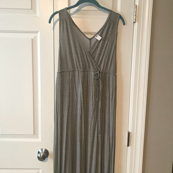 c8139b9eb2c69 Old Navy maternity nursing maxi dress. M_5b1dd8670cb5aa8a88abdfd4